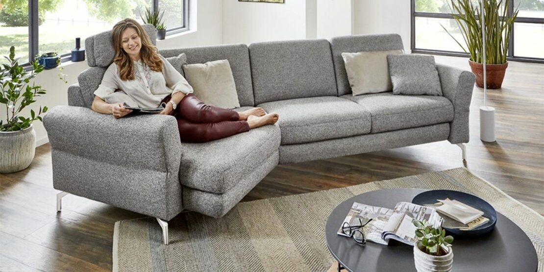 Hellgraues Sofa Lana in einer modernen Wohnzimmereinrichtung