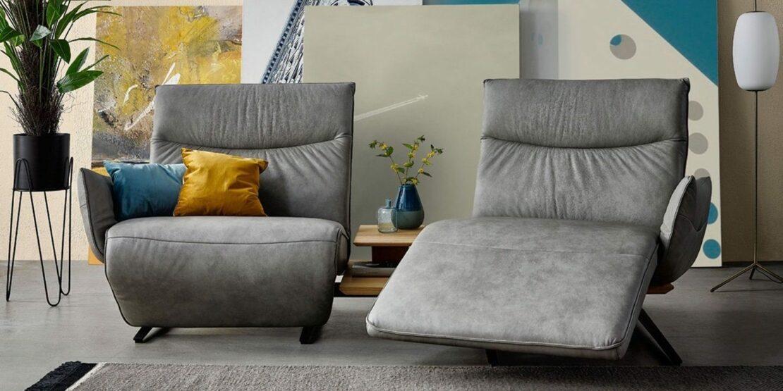 Graues Zweiersofa mit getrennten Sitzflächen, flexibel verstellbar