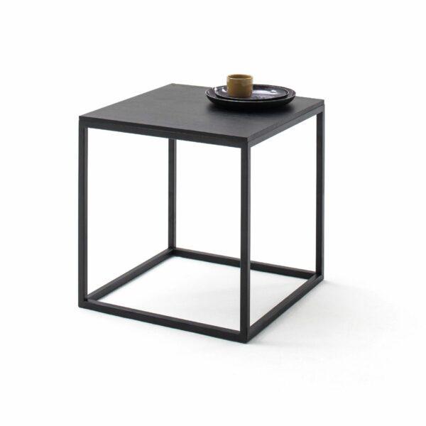 """Raum.Freunde """"Pino"""" Beistelltisch in schwarz mit Metall-Gestell pulverbeschichtet und Platte in massiv astiger Eiche Wohnbeispiel"""