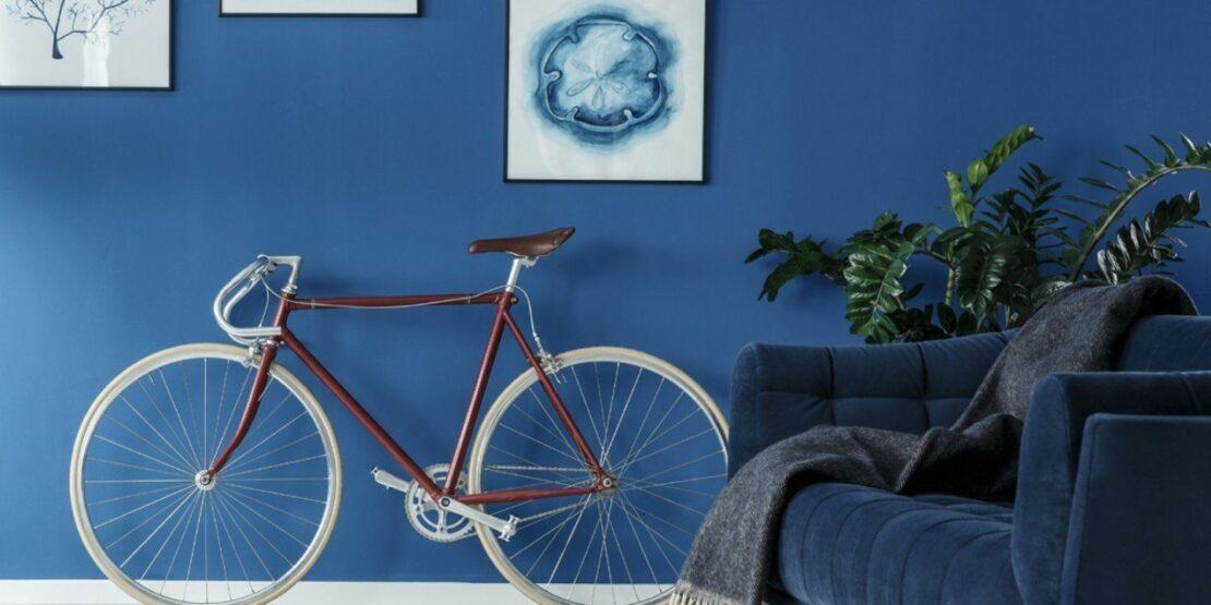 Blaue Wand mit Bildern und einem roten Rennrad