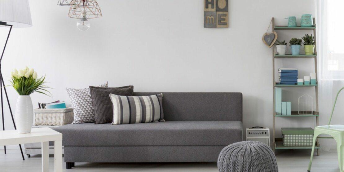 Minimalistisches Wohnzimmer mit farbigen Accessoires
