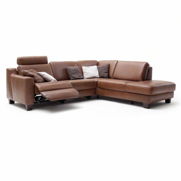 """Couchliebe """"Hamburg"""" Polsterecke mit Echtlederbezug in Credo Brandy und Füßen in Holz Eiche maron sowie der motorischen Wall-Away-Relaxfunktion."""