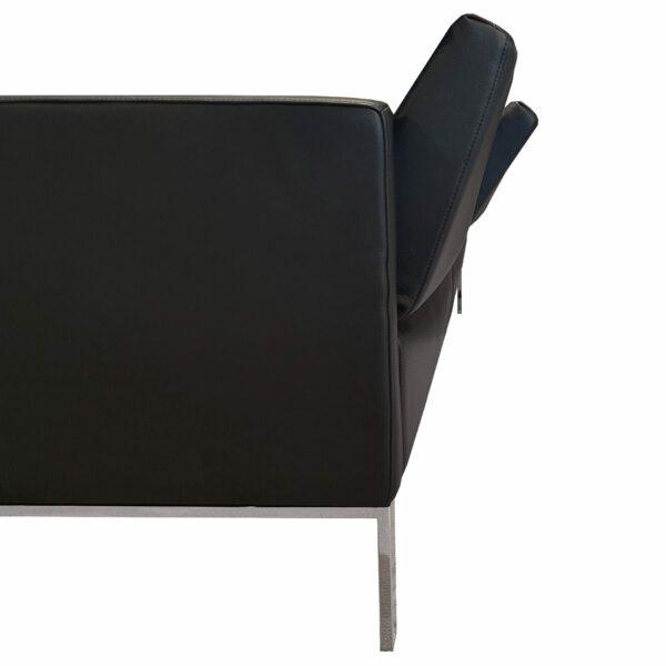 """Rolf Benz """"Cara"""" Sofabank mit Bezug 38.110 verkehrsschwarz in seitlicher Ansicht mit verstellter Rückenlehne."""