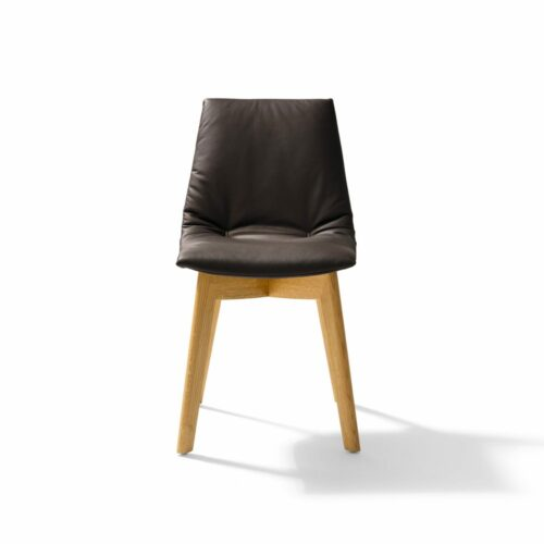 """Team 7 """"Lui"""" Stuhl ohne Armlehnen mit Bezug Origon Leder in Schwarzbraun und Eiche-Gestell natur geölt in frontaler Ansicht."""