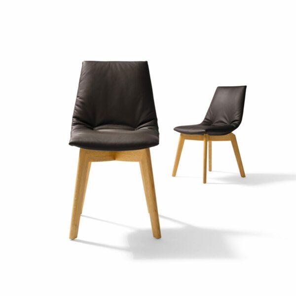"""Team 7 """"Lui"""" Stuhl ohne Armlehnen mit Bezug Origon Leder in Schwarzbraun und Eiche-Gestell natur geölt in frontaler und seitlicher Ansicht."""