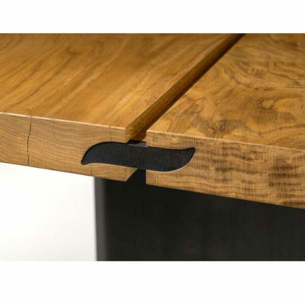 """Team 7 """"echt.zeit"""" Esstisch mit einer Tischplatte aus Massivholz in Eiche urig gebürstet und geölt sowie einem Metallwangengestell in Schwarz brüniert Detail Tischplattenverbindung."""