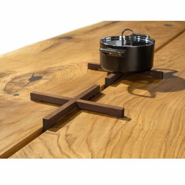 """Team 7 """"echt.zeit"""" Esstisch mit einer Tischplatte aus Massivholz in Eiche urig gebürstet und geölt sowie einem Metallwangengestell in Schwarz brüniert Detail Topfuntersetzer."""