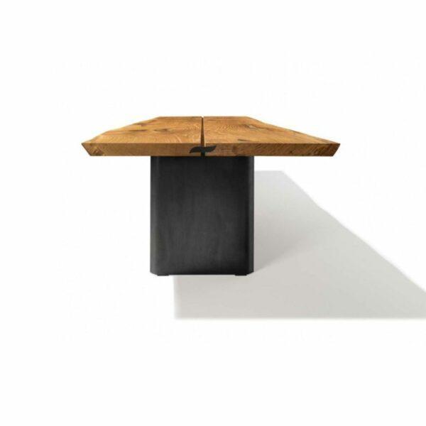 """Team 7 """"echt.zeit"""" Esstisch mit einer Tischplatte aus Massivholz in Eiche urig gebürstet und geölt sowie einem Metallwangengestell in Schwarz brüniert in frontaler Ansicht."""
