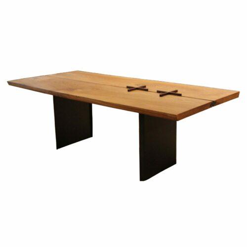 """Team 7 """"echt.zeit"""" Esstisch mit einer Tischplatte aus Massivholz in Eiche urig gebürstet und geölt sowie einem Metallwangengestell in Schwarz brüniert."""