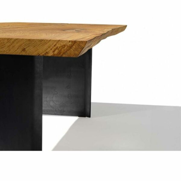 """Team 7 """"echt.zeit"""" Esstisch mit einer Tischplatte aus Massivholz in Eiche urig gebürstet und geölt sowie einem Metallwangengestell in Schwarz brüniert Detail Tischplatte."""