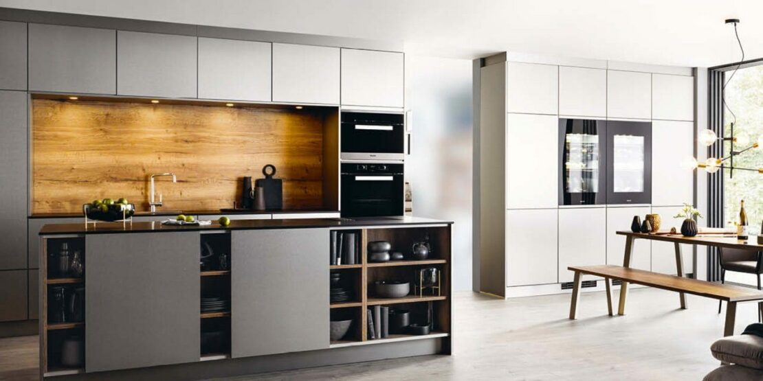 Minimalistische Küche in Grau mit Holz-Applikationen