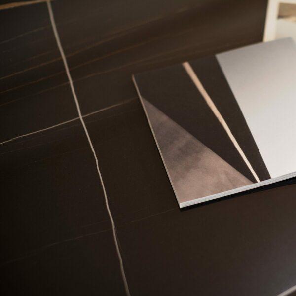"""Raum.Freunde """"Marko 3"""" Couchtisch Keramikplatte in schwarz Marmoroptik mit Ablage Detailansicht"""