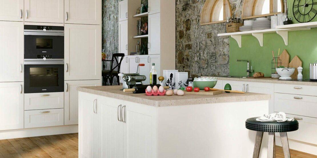 Weiße Küche mit Kücheninsel