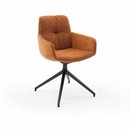 """Raumfreunde """"Pelle"""" Armlehnenstuhl mit einem Textilbezug in Oxford Kupfer und einem Drehgestell aus Aluminium in Schwarzgrau in seitlich frontaler Ansicht."""