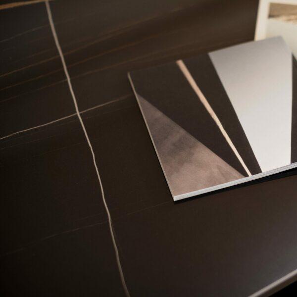 """Raum.Freunde """"Alex"""" Couchtisch Tischplatte in Keramik Marmoroptik schwarz Detailansicht"""