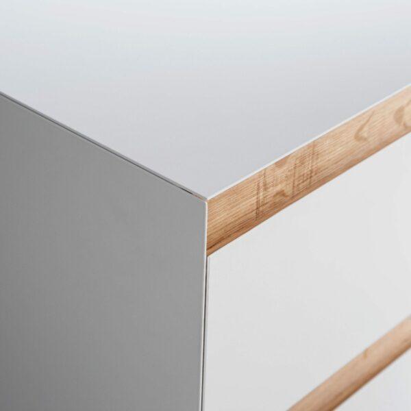 """Raumfreunde """"Göte"""" Hochkommode in weiß matt lackiert mit sechs Schubladen Detail frontale Kante."""