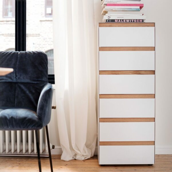 """Raumfreunde """"Göte"""" Hochkommode in weiß matt lackiert mit sechs Schubladen Wohnbeispiel."""
