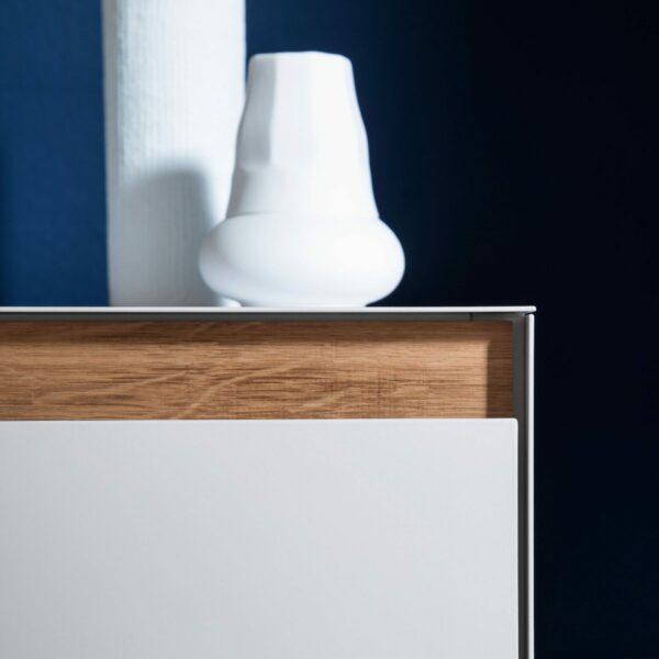 """Raumfreunde """"Göte"""" Lowboard in weiß matt lackiert mit zwei Schubladen und zwei Türen Detail vordere Kante."""