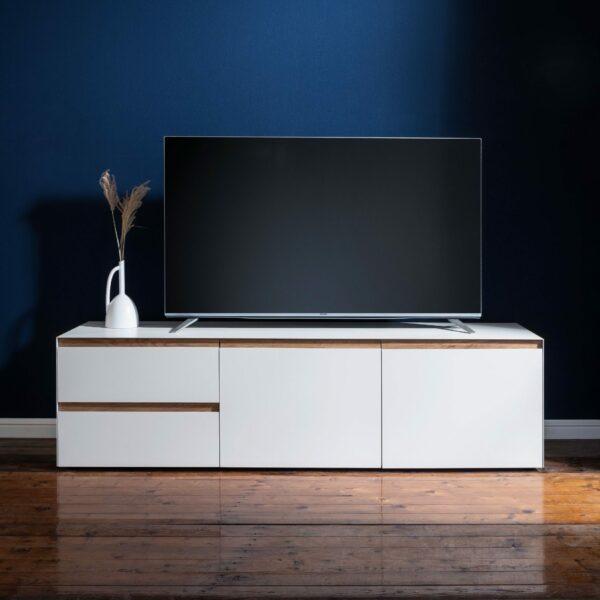 """Raumfreunde """"Göte"""" Lowboard in weiß matt lackiert mit zwei Schubladen und zwei Türen Wohnbeispiel."""