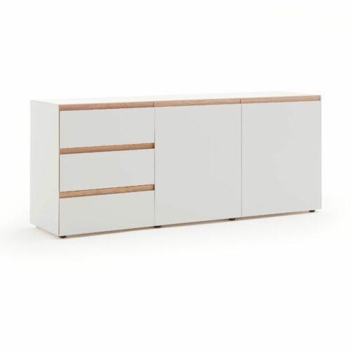 """Raumfreunde """"Göte"""" Sideboard in weiß matt lackiert mit drei Schubladen und zwei Türen in seitlich frontaler Ansicht."""