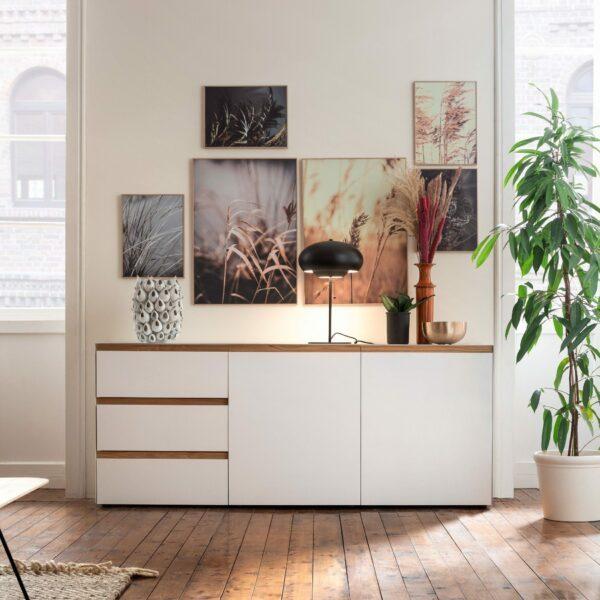 """Raumfreunde """"Göte"""" Sideboard in weiß matt lackiert mit drei Schubladen und zwei Türen als Wohnbeispiel."""