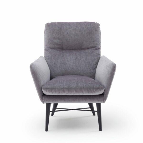 "Raumfreunde ""Torge"" Sessel mit Textilbezug in Grau in frontaler Ansicht."
