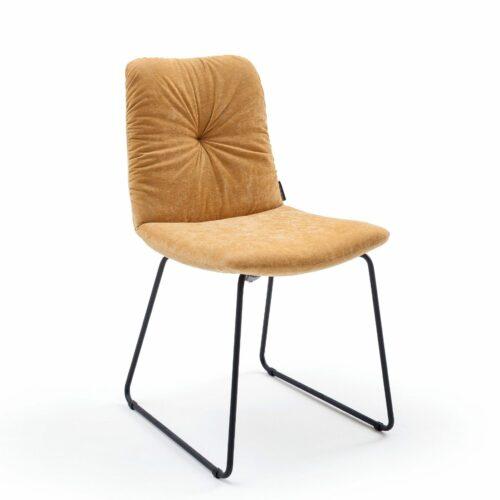 """Raumfreunde """"Pelle"""" Stuhl mit Textilbezug in Oxford Hellorange und Kufengestell aus Metall in Schwarz in seitlicher Ansicht."""