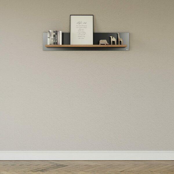 """set one by Musterring """"Type 40"""" Wandboard mit einer Ablage in Eiche Artisan und einem Korpus in Grau Anthrazit als Wohnbeispiel."""