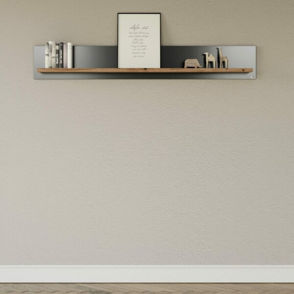 """by Musterring """"Type 42"""" Wandboard mit einer Ablage in Eiche Artisan und einem Korpus in Grau Anthrazit als Wohnbeispiel."""