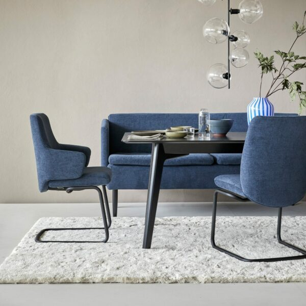 Stressless Laurel Freischwinger mit Textilbezug Dahlia blue und D400 Gestell in schwarz matt - Wohnbeispiel