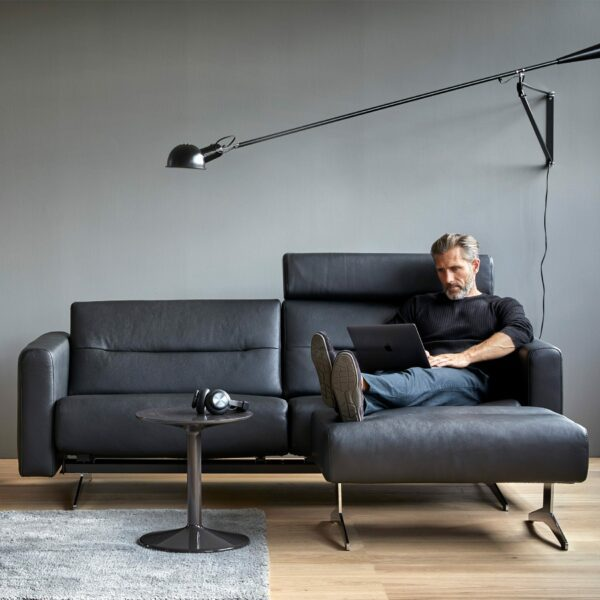 Stressless Stella 2,5-Sitzer Sofa mit Bezug Paloma Black - Wohnbeispiel