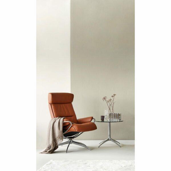 """Stressless """"Tokyo"""" Sessel mit Hocker und Lederbezug Paloma in der Farbe New Cognac im Milieu 3."""