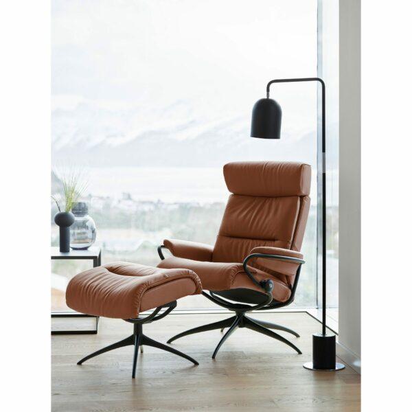 """Stressless """"Tokyo"""" Sessel mit Hocker und Lederbezug Paloma in der Farbe New Cognac im Milieu 2."""