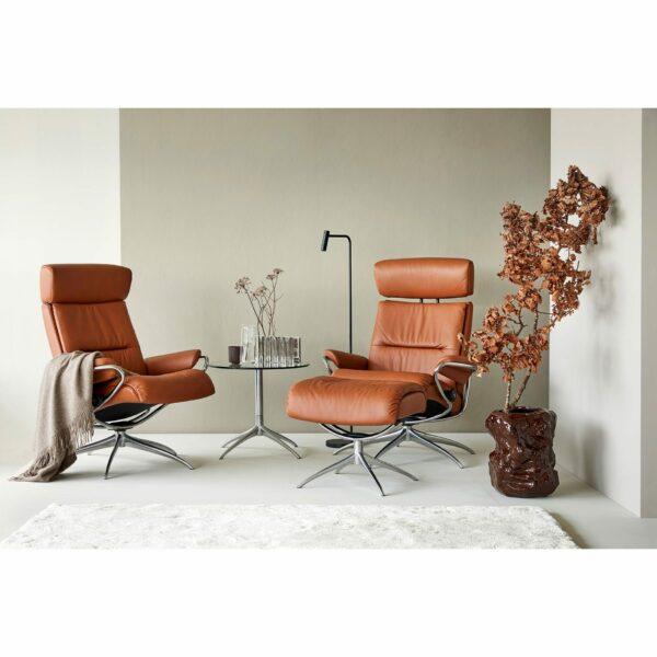 """Stressless """"Tokyo"""" Sessel mit Hocker und Lederbezug Paloma in der Farbe New Cognac im Milieu."""