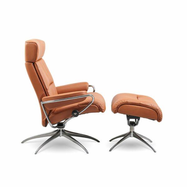 """Stressless """"Tokyo"""" Sessel mit Hocker und Lederbezug Paloma in der Farbe New Cognac von der Seite."""