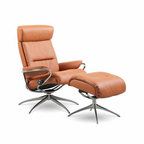 """Stressless """"Tokyo"""" Sessel mit Hocker und Lederbezug Paloma in der Farbe New Cognac in seitlicher Ansicht."""