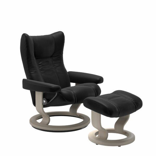Stressless Wing Sessel Classic mit Hocker – Leder Batick Black und Untergestell Farbe Whitewash