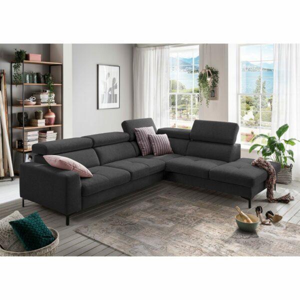 set one by Musterring SO 1300 Sofa mit Bezug in Anthracite Grey und Ottomane rechts im Milieu.