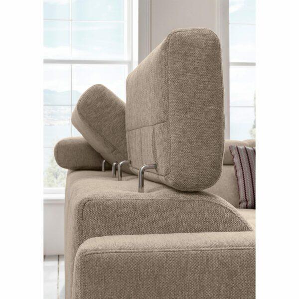 set one by Musterring SO 1300 Sofa mit Bezug in Grey Beige zeigt Kopfteilverstellung.