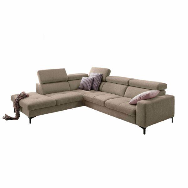 set one by Musterring SO 1300 Sofa mit Bezug in Grey Beige und Ottomane links in frontaler Ansicht.