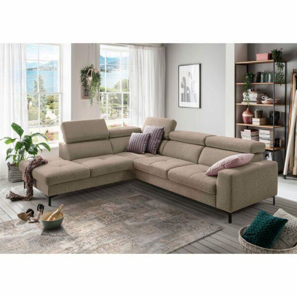set one by Musterring SO 1300 Sofa mit Bezug in Grey Beige und Ottomane links im Milieu.