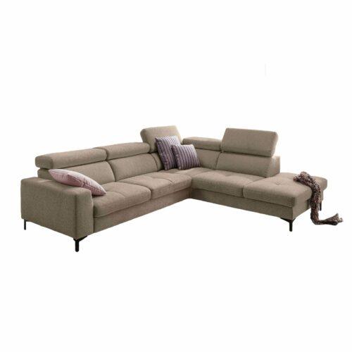 set one by Musterring SO 1300 Sofa mit Bezug in Grey Beige und Ottomane rechts in frontaler Ansicht.