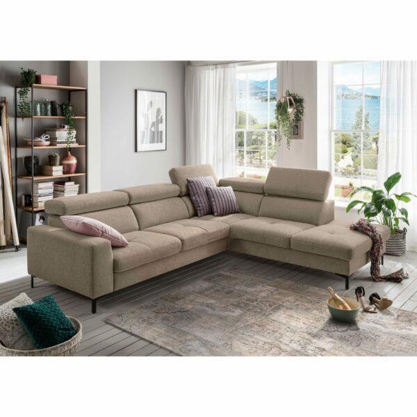 set one by Musterring SO 1300 Sofa mit Bezug in Grey Beige und Ottomane rechts im Milieu.