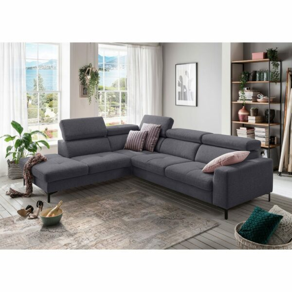 set one by Musterring SO 1300 Sofa mit Bezug in Grey Blue und Ottomane links im Milieu.