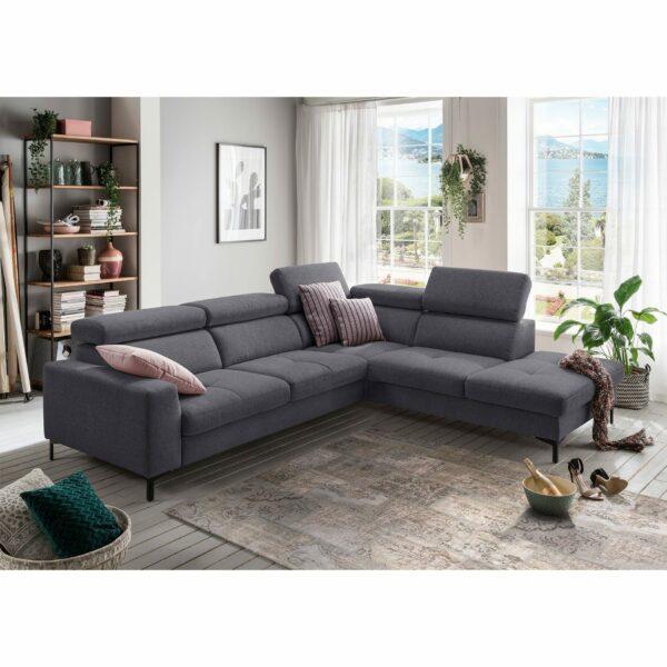 set one by Musterring SO 1300 Sofa mit Bezug in Grey Blue und Ottomane rechts im Milieu.