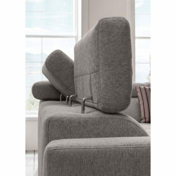 set one by Musterring SO 1300 Sofa mit Bezug in Mouse Grey zeigt Kopfteilverstellung.