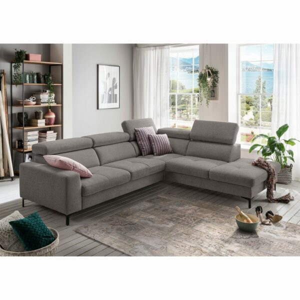 set one by Musterring SO 1300 Sofa mit Bezug in Mouse Grey und Ottomane rechts im Milieu.