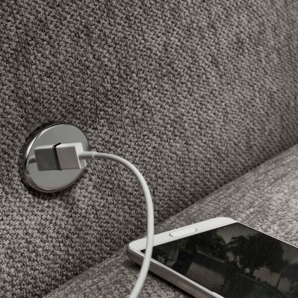 set one by Musterring 1300 Sofa mit Bezug Mouse Grey zeigt USB-Anschluss.