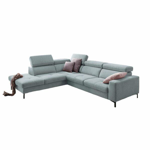 set one by Musterring SO 1300 Sofa mit Bezug in Pastel Blue und Ottomane links in frontaler Ansicht.