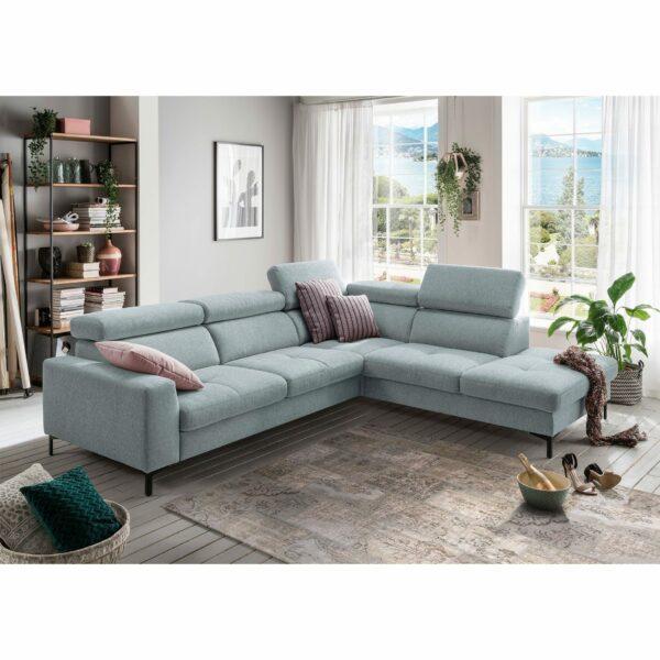 set one by Musterring SO 1300 Sofa mit Bezug in Pastel Blue und Ottomane rechts im Milieu.